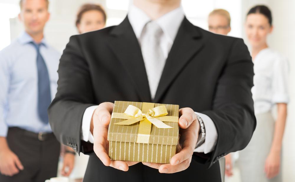 presentear clientes 1 - O que são materiais promocionais? Conheça os  principais!