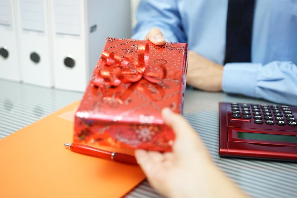 presentear clientes - Conheça 6 tipos de materiais promocionais