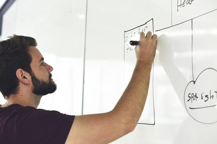 homem planejando seu negócio 2 - 4 erros que você deve evitar na hora de imprimir material gráfico