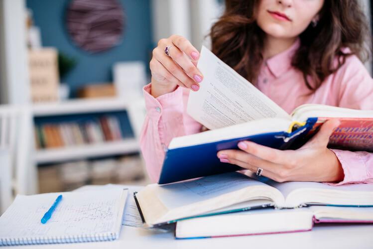 Mulher lendo livros de marketing