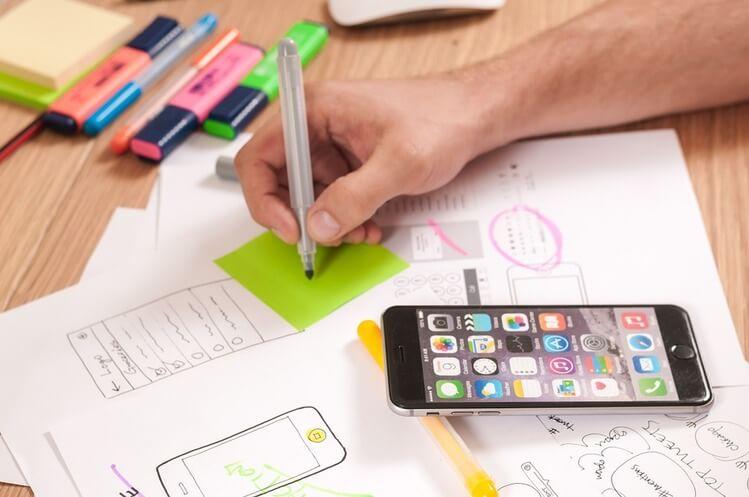 Criando estratégias de marketing para serviços.
