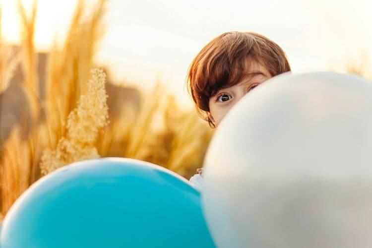 Criança e balões