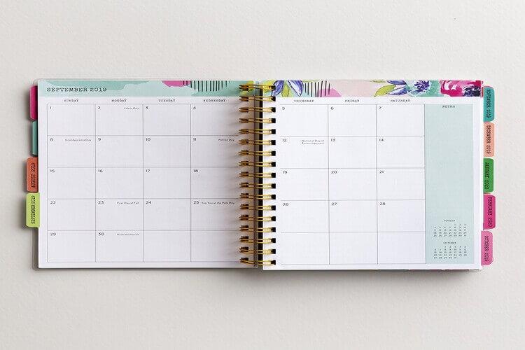 Agenda com calendário aberta sobre superfície