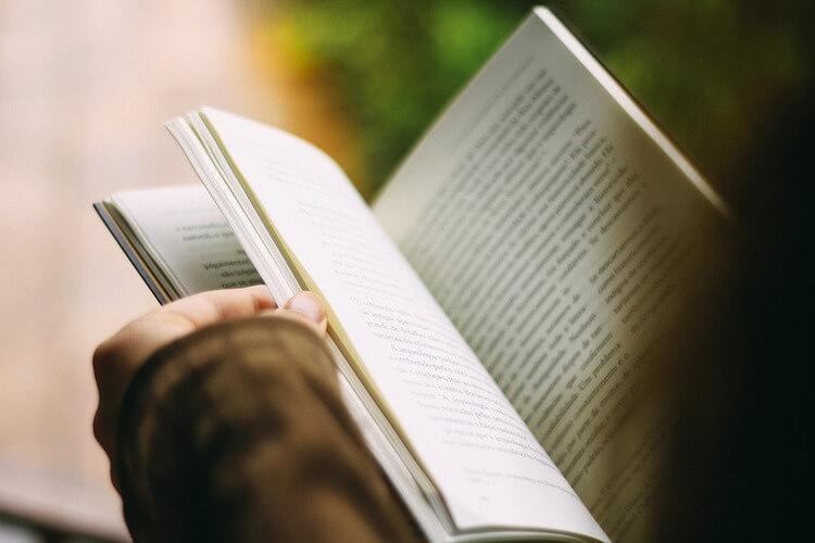 Livro aberto sendo lido