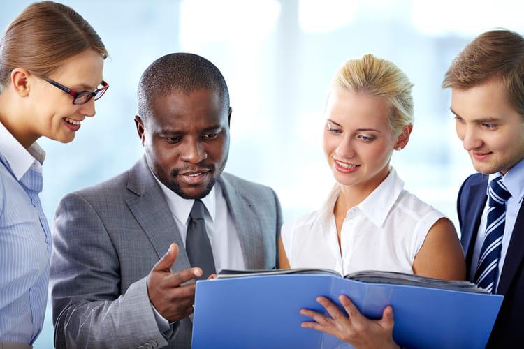 gestor de negocios com seu time - Como fazer Análise SWOT do seu negócio