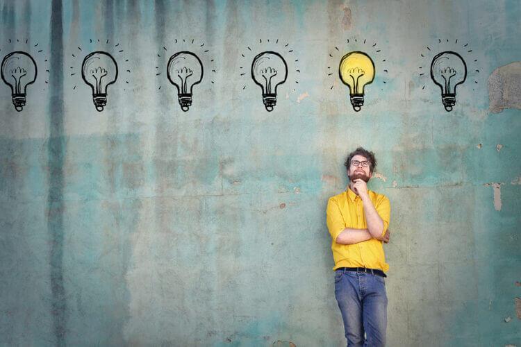 Homem com desenho de lampada na cabeça