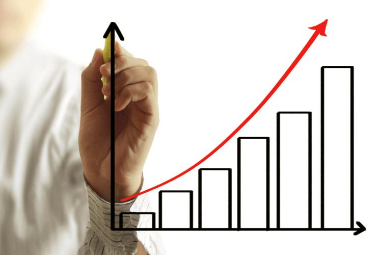 Gráfico em barras com flecha vermelha sinalizando aumento crescente