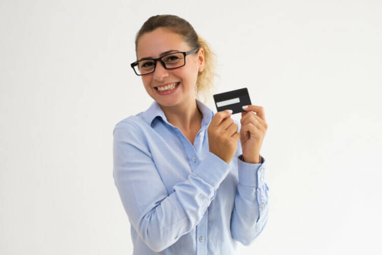 Mulher feliz segurando cartão fidelidade